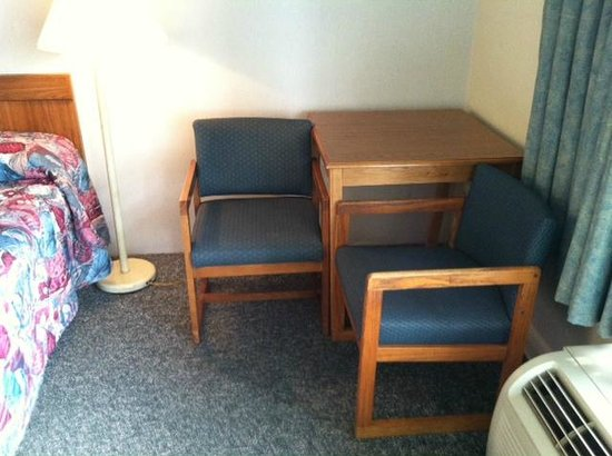 Mariann Travel Inn : Corner table in room