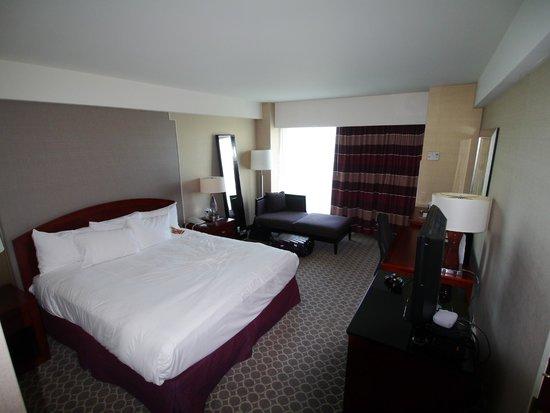 Hilton Boston Logan Airport: キングサイズのベッドが快適でした