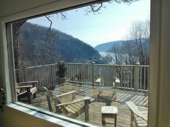 The Ledge House Bed and Breakfast: View from the dining room window