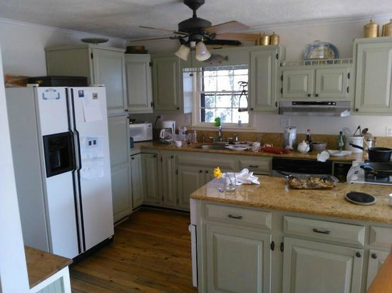 The Ledge House Bed and Breakfast: Bitchin' Kitchen