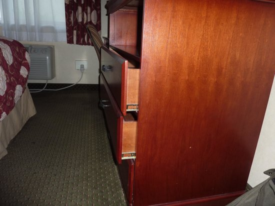 Knights Inn and Suites Bakersfield : Not new hotel - the drawer won't close