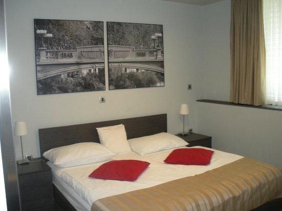 Birokrat Hotel: Vista de la cama matrimonial