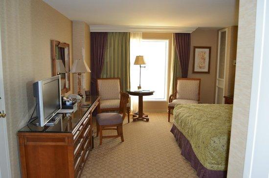 Beau Rivage Resort & Casino Biloxi: Desk and TV  Room 19059