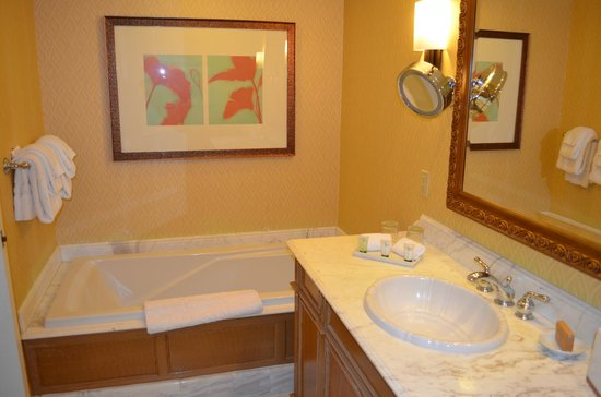 Beau Rivage Resort & Casino Biloxi: Large Tub