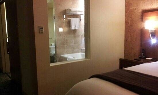 Miyako Hybrid Hotel : window between bathroom and living room