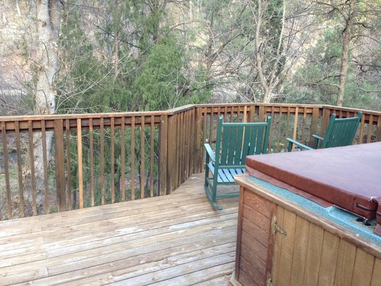 Kohl's Ranch Lodge: The deck of our rustic cabin. Loved the hot tub!
