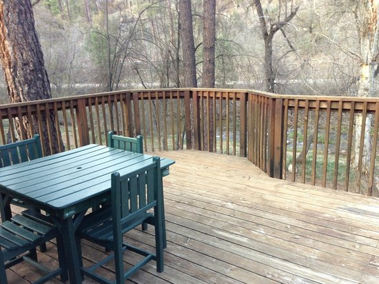 Kohl's Ranch Lodge: The lovely deck of our rustic cabin