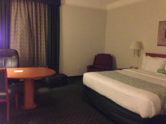 La Quinta Inn & Suites Ontario Airport: A roomy king room.