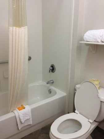 La Quinta Inn & Suites Ontario Airport: A clean bathroom..