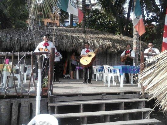 El Chiringito: El mariachi loco quiere bailar