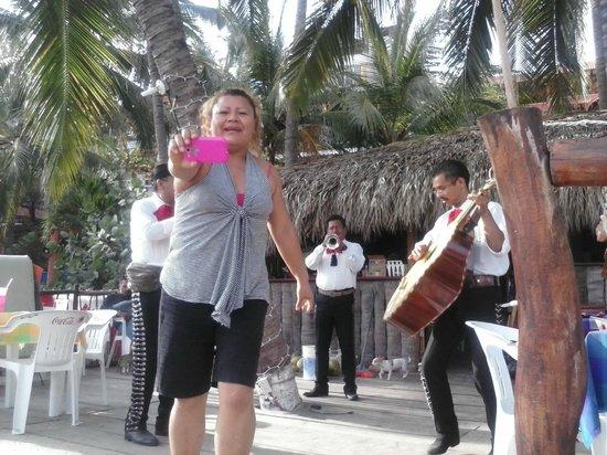 El Chiringito: La dueña mostrando sus mejores movimientos