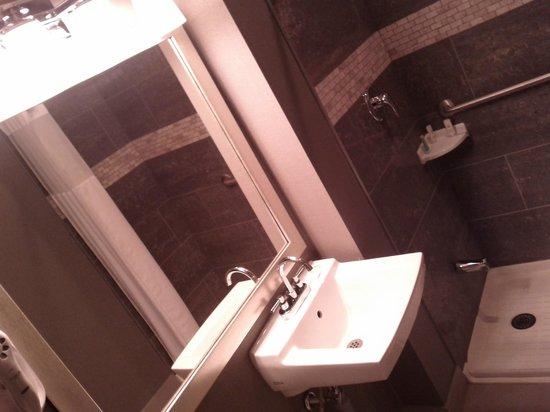 Comfort Inn City Centre: Modernized washroom very Spacious