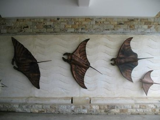 Manta Ray Bay Resort: Hotel wall art