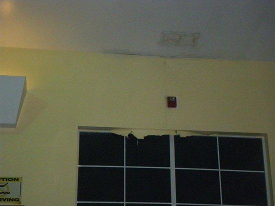 Quality Inn & Suites: peeling gyproc