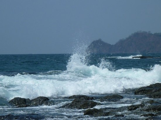 Villas Sol Hotel & Beach Resort: Surf on the rocks at the end of the beach.