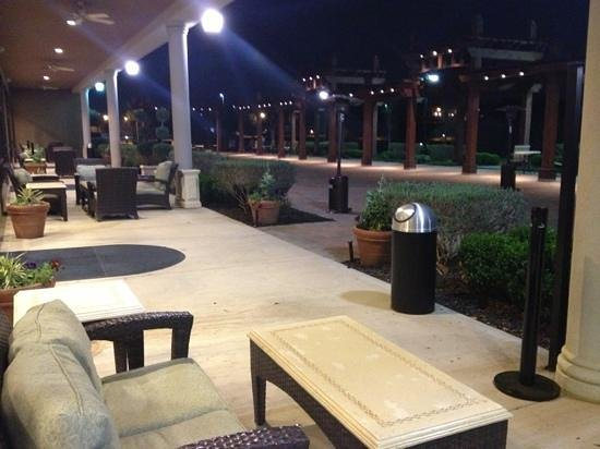 Hilton Dallas/Southlake Town Square : terrace behind hotel