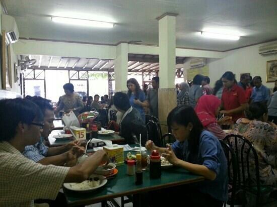 Warung Bu Kris : full house at Bu Kris during lunch time