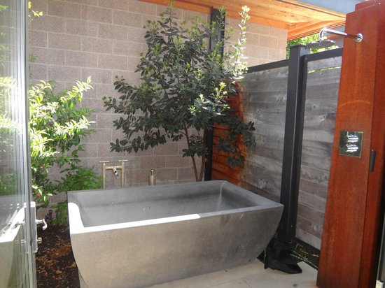 Bardessono: Outdoor stone tub & outdoor shower