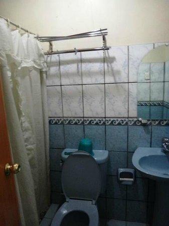 La Brea Inn: bathroom