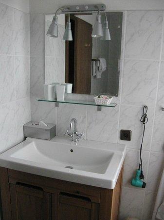 Hotel Haus Roedgen: Bad mit Waschbecken