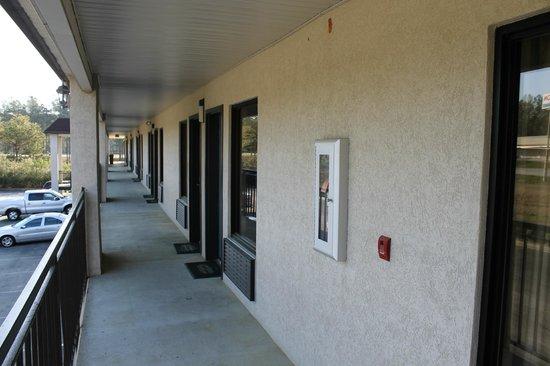 Ramada Limited Ridgeway: Devant porte chambre