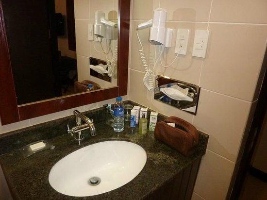 Microtel Inn & Suites by Wyndham Manila/At Mall of Asia: bathroom