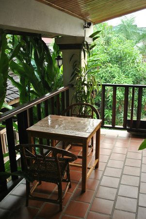 Lao Lu Lodge: Shared balcony in front of the room