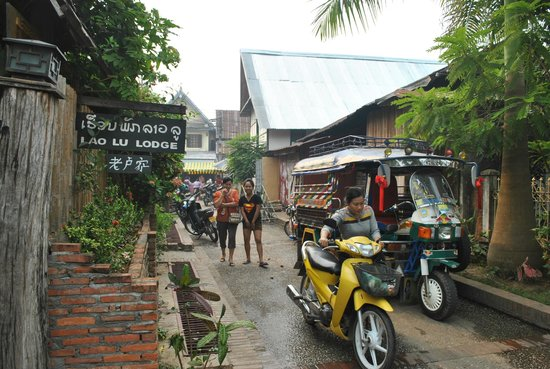 Lao Lu Lodge : In front of the guest house, heading to morning market