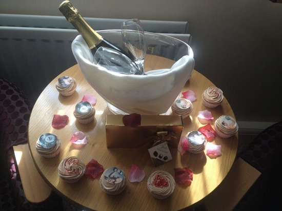 Lea Marston Hotel & Spa: romantic package (my cupcakes though)