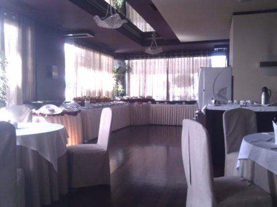 Tirana International Hotel & Conference Centre: buffet desayuno