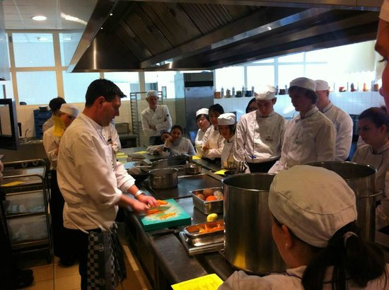 Restaurant.NL: Students getting cutting instructions