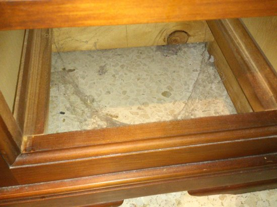 Joma: Suciedad bajo la mesa de noche