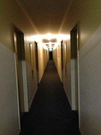 Ningaloo Lodge: hall to rooms