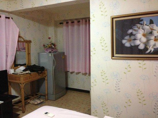 P.U. Inn Resort : ベッドから冷蔵庫、机?