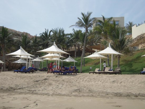 Shangri La Barr Al Jissah Resort & Spa - Al Bandar Hotel: view from the beach on the restaurant