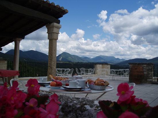 Hotel-Restaurant Les Hospitaliers: Petit déjeuner en terrasse