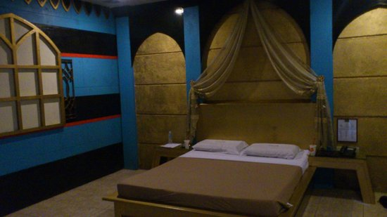 Hollywood Drive-In Hotel : Egypt themed bed ;)