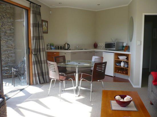 Warkworth Country Retreat: kitchenette and dining area