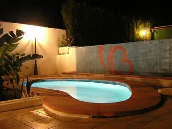 Hotel Villa Bensusan: Piscina de noche