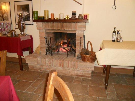 Agriturismo Borgo Laurice : CAMINO IN SALA PRANZO