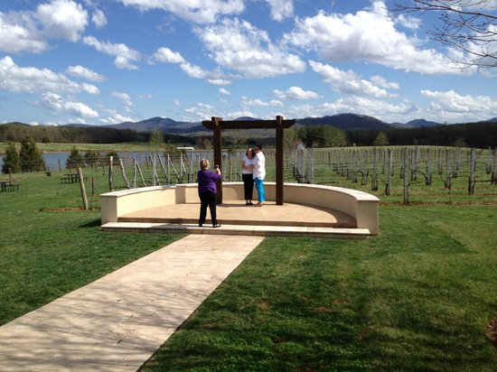 Afton Mountain Vineyards: Perfect for a wedding.... we just enjoyed the scenery!