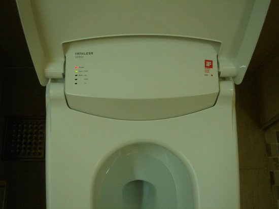 Le Monet Hotel: heated toilet seat