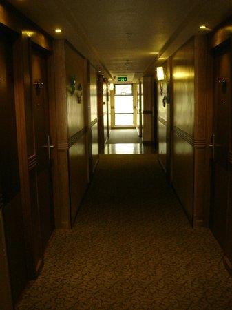لو مونيت هوتل: hallway