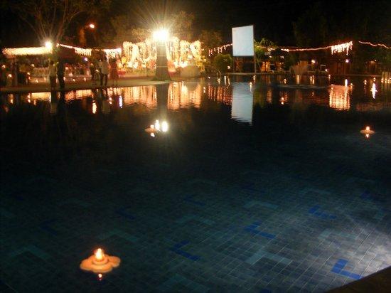 Singgasana Hotel Surabaya: poolside being used for a wedding