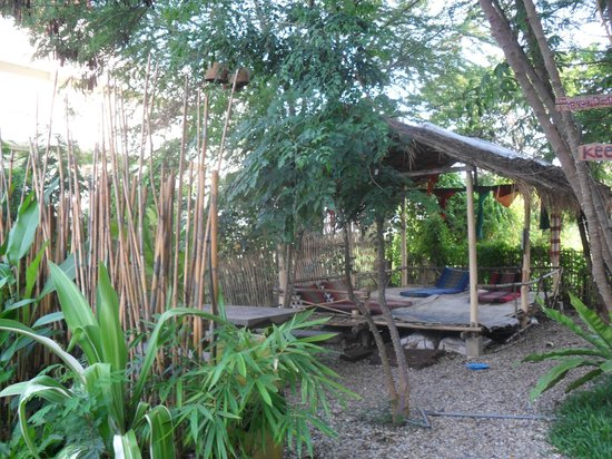 Deejai Backpackers: jardin