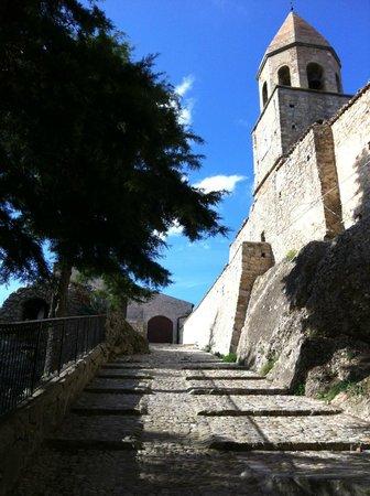 Residenza Ducale: chiesa all'intermìno delle mura