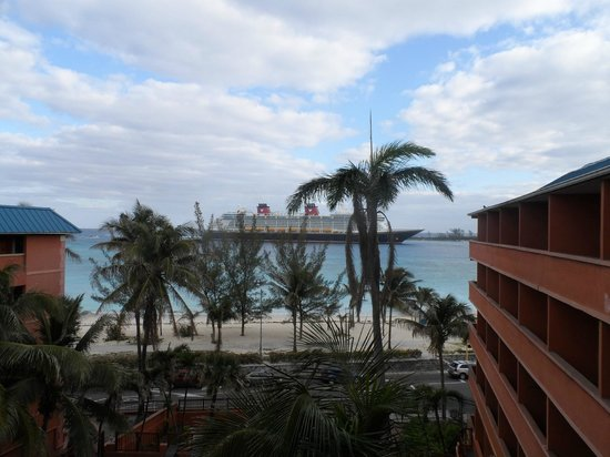 Nassau Palm Hotel: ships coming in every morning