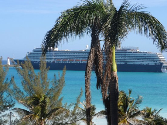 Nassau Palm Hotel: zoom on the ship from 5th floor