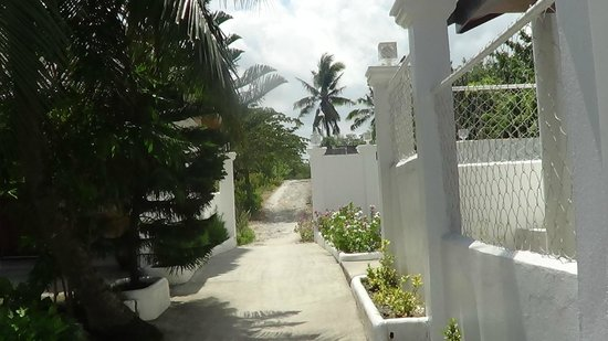 Barefoot White Beach Resort: view to the outside walkway