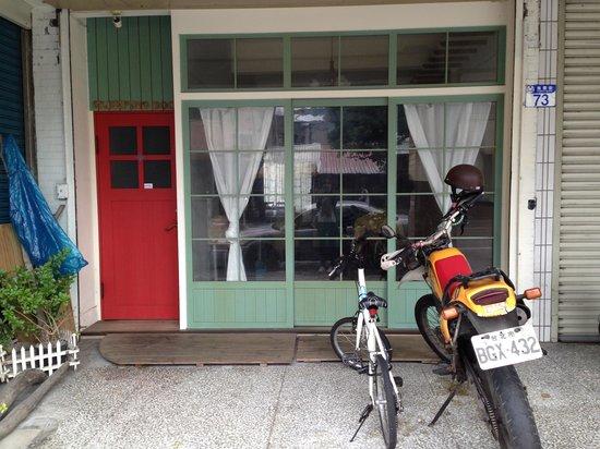 Sleeping Boot Backpackers Hostel: Front door